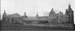 Zuid-oost zijde kasteel met hoeve rond 1900